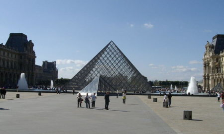 La Piramide del Louvre a Parigi.