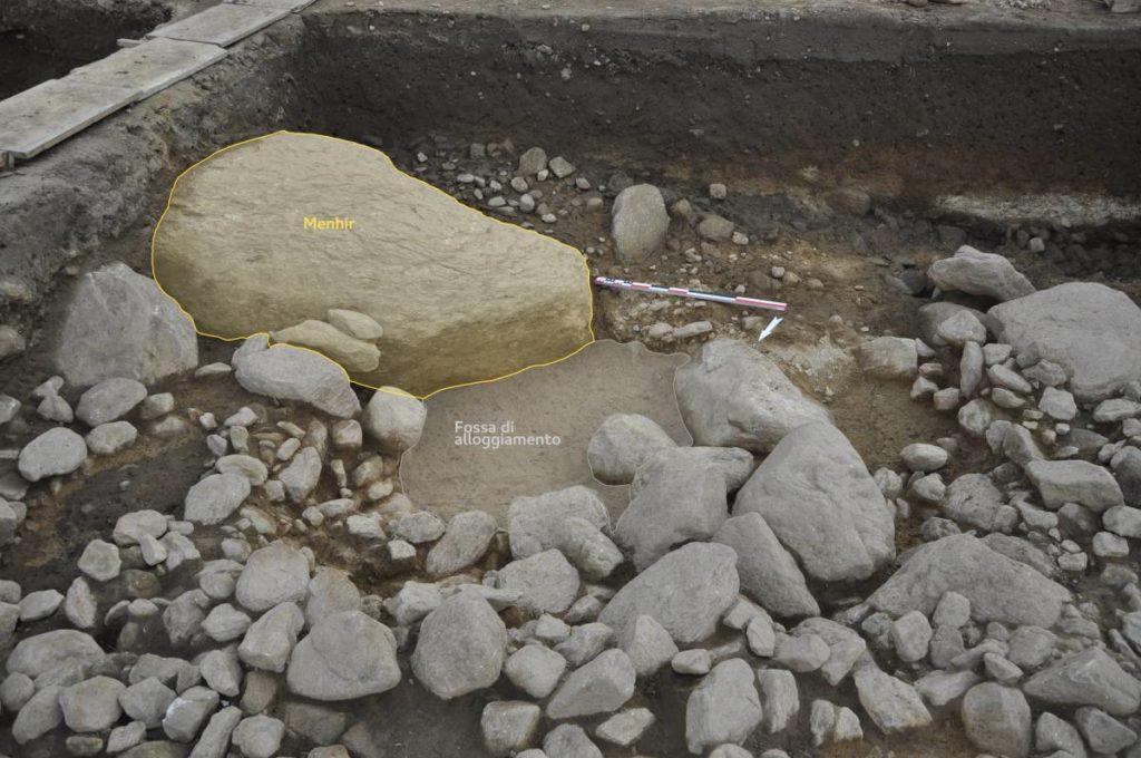 Claro - Sito megalitico - Ricostruzione grafica del menhir e della sua fossa di alloggiamento