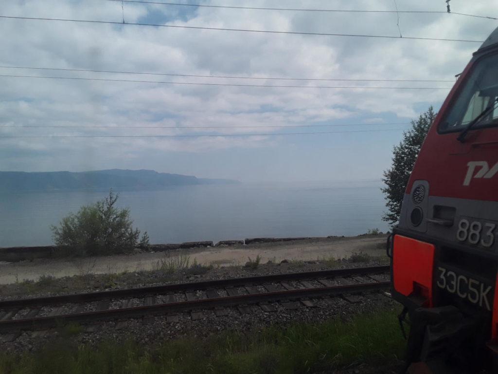 Veduta del lago Baikal con la locomotiva russa