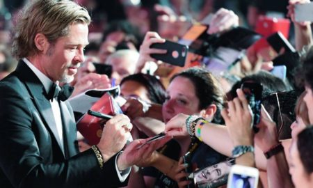 Brad Pitt firma autografi sul red carpet a Venezia