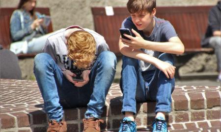 Due ragazzi con smartphone