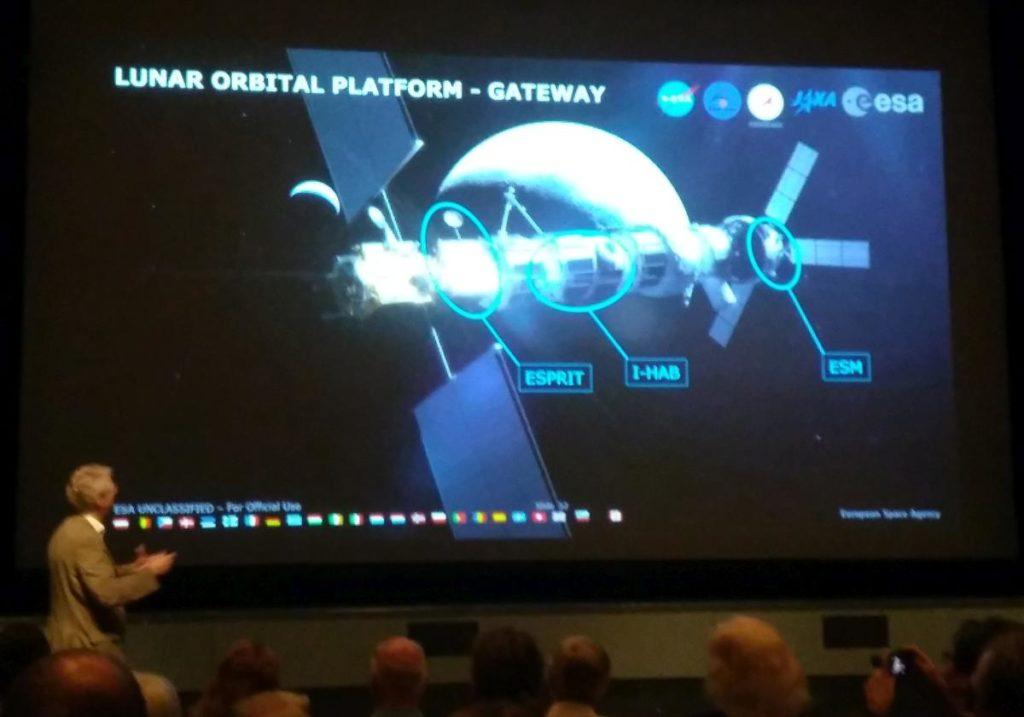 L'ex austronauta dell'ESA Thomas Reiter illustra la nuova piattaforma orbitale lunare