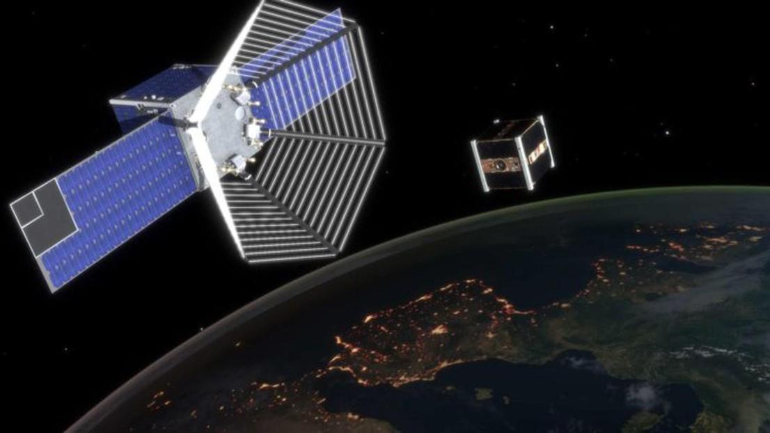 Il satellite CleanSpace One in procinto di catturare il mini satellite SwissCube nella sua rete