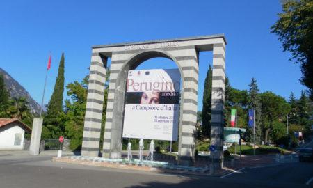 L'arco d'ingresso a Campione in piazza Indipendenza al confine tra Italia e Svizzera