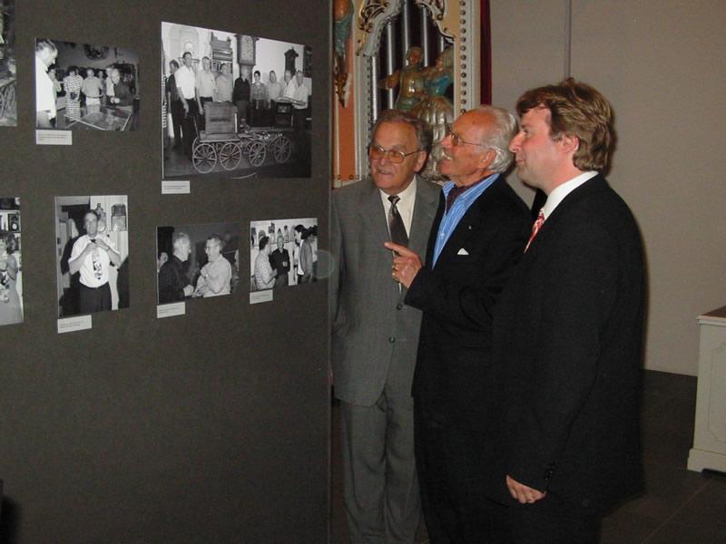 L'ex consigliere federale Otto Stich (a sin.), Heinrich Weiss e il direttore del museo degli automi musicali Christoph E. Hänggi in un'immagine del 2004.