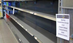 Ripiani vuoti in un supermercato Edeka