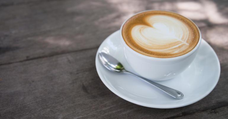 Cappuccino in tazza bianca