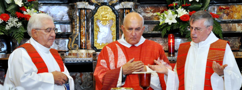 Don Sandro Vitalini fra don Bosisio (a sin.) e don Ministrini