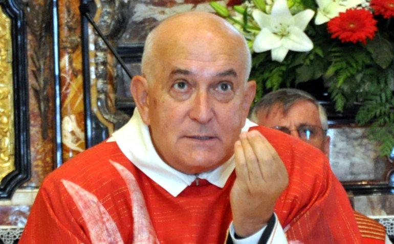 Don Sandro Vitalini durante un'omelia