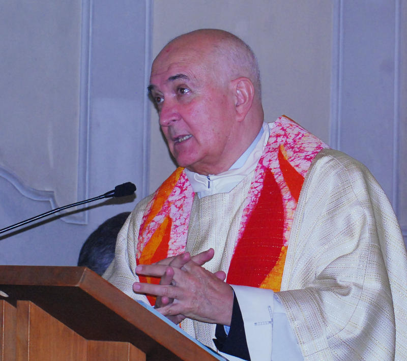 Don Sandro Vitalini predica