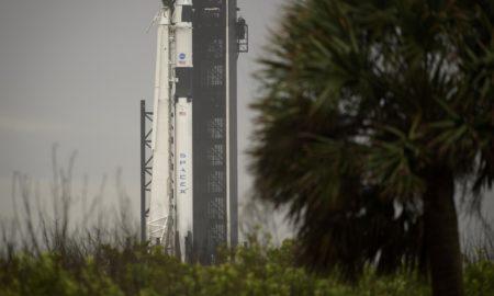 Il razzo Falcon-9 con la capsula Crew Dragon della missione Demo-2 sulla piattaforma di lancio 39A di Cape Canaveral
