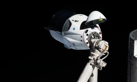 La navicella spaziale Dragon Crew di Space X al momento dell'attracco all'ISS