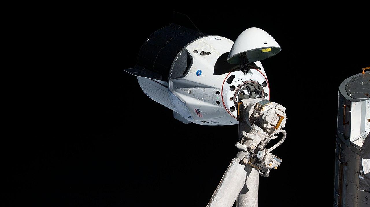 La navicella spaziale Dragon Crew di Space X al momento dell'attracco all'ISS