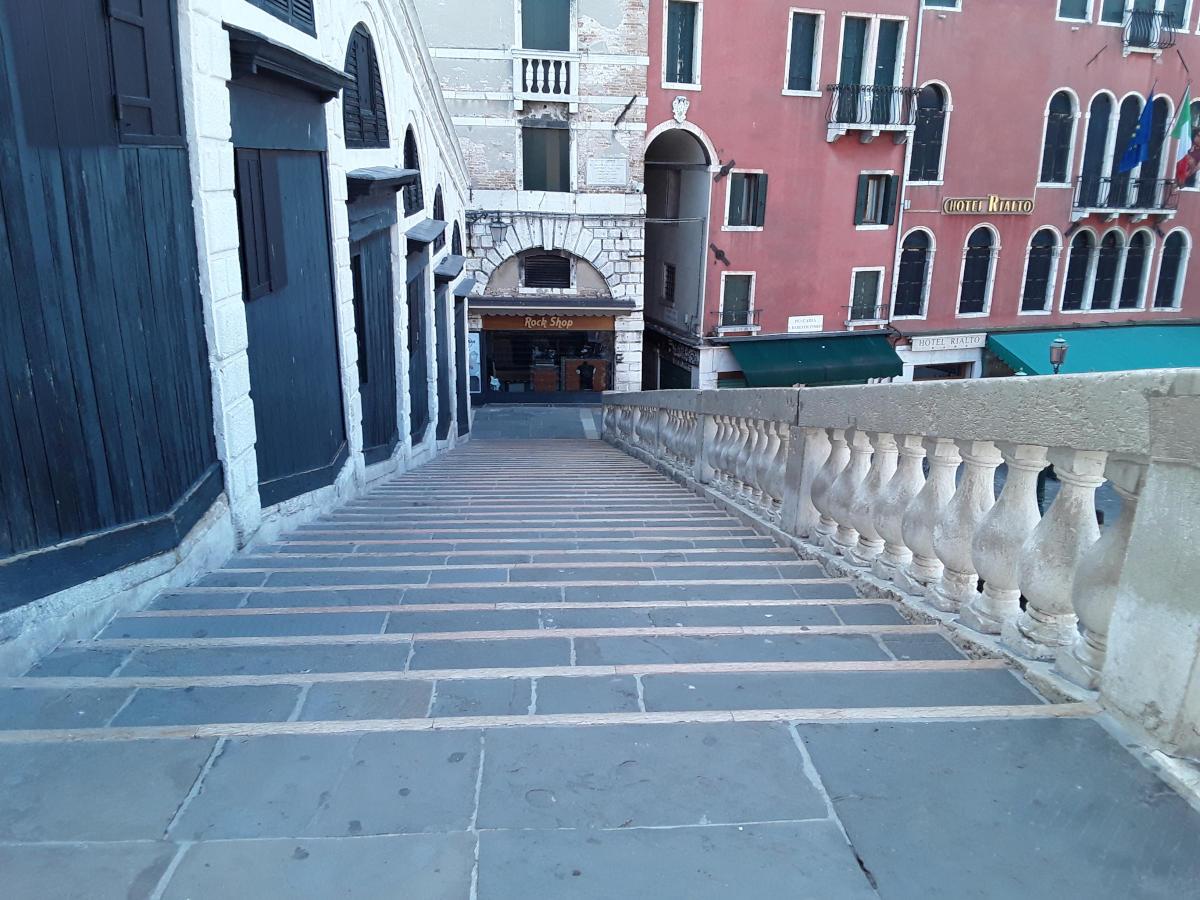 Venezia - Il Ponte di Rialto alle otto di mattina