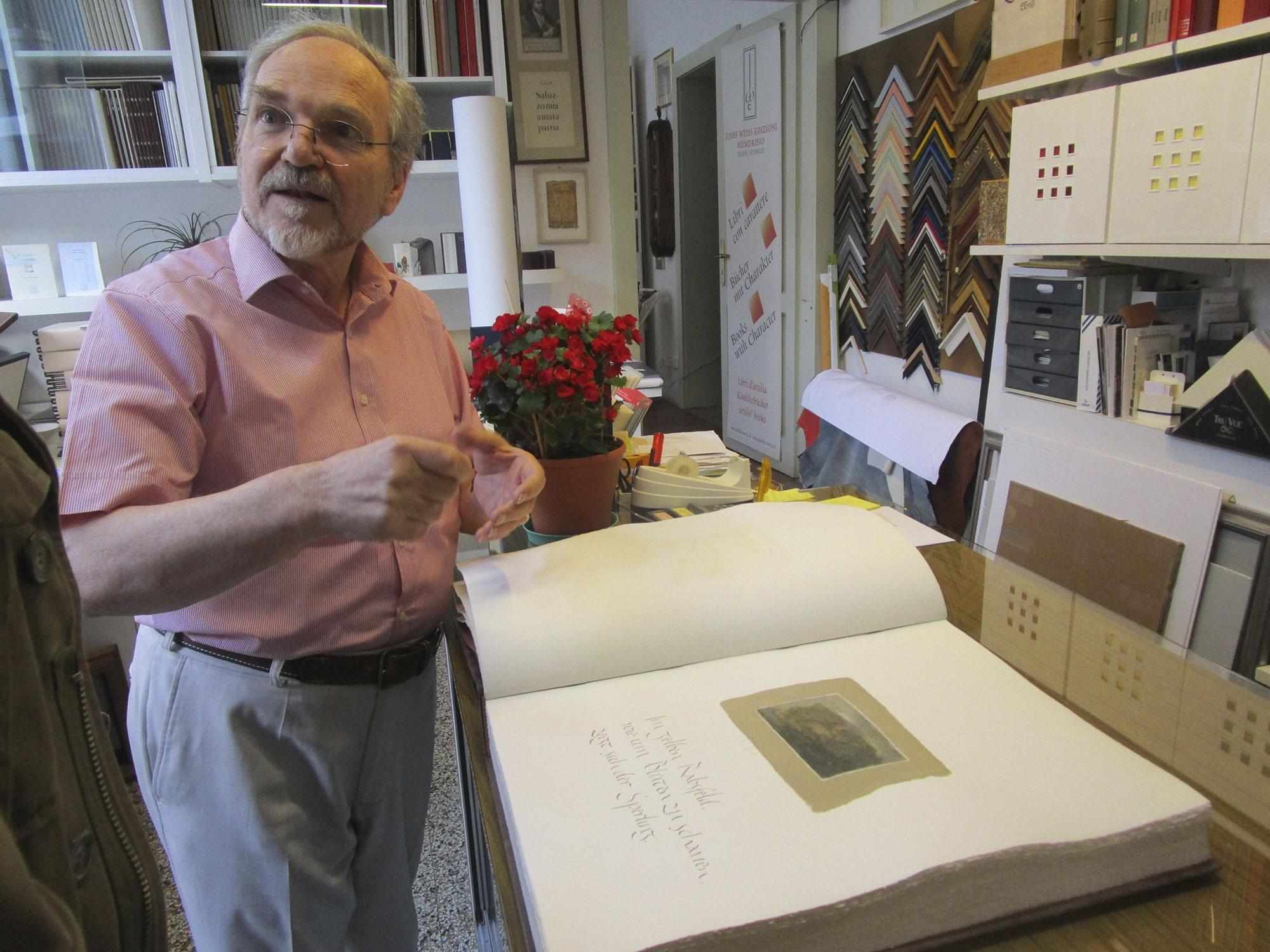 Josef Weiss nel suo atelier a Mendrisio
