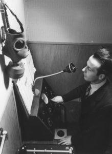 Vincenzo Vicari - L'annunciatore Geo Molo ai microfoni della Radio svizzera con maschera antigas: inizia la guerra, 1939