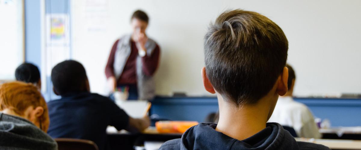 Ragazzo visto di spalle a scuola