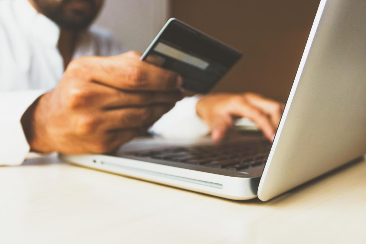 E-Commerce - Commercio online - Uomo d'affari che paga con una carta di credito