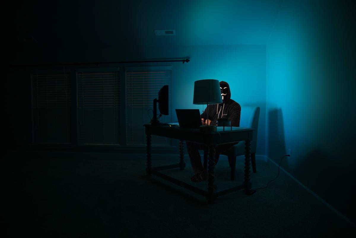 Hacker mascherato al PC